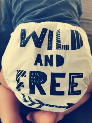 couche lavable ecodiap wild and free portée par un enfant